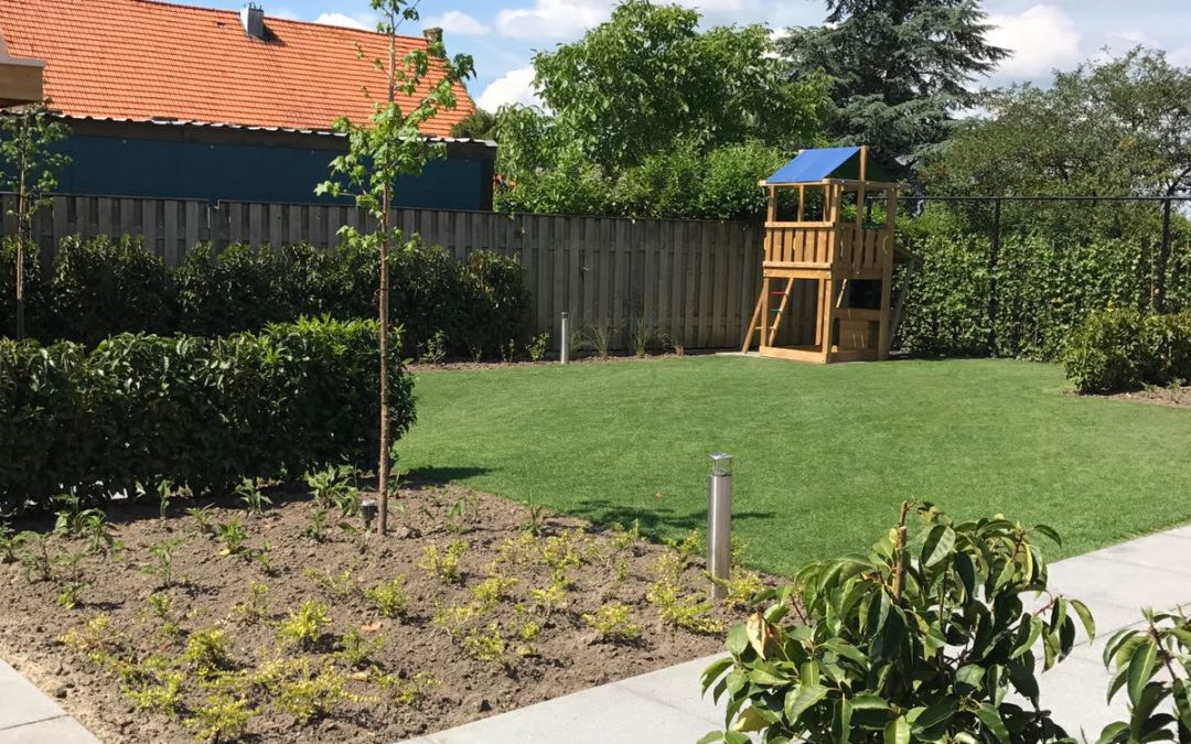 Totaal nieuwe aanleg voor en achtertuin. Inclusief verlichting tuinhuis met overkapping en robot maaier